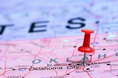 Ville d'Oklahoma goupillée sur une carte des Etats-Unis Photos stock