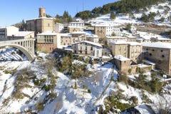 Ville d'Ortigosa de Cameros dans un jour neigeux, La Rioja, Espagne Photos stock