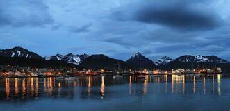 Ville d'Ushuaia au crépuscule, Argentine Photos stock