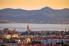 Ville dalmatienne de vue panoramique de Zadar avec l'île d'Ugljan photos stock