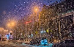 Ville dans chutes de neige pendant la nuit polaire Images stock