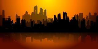 Ville dans l'horizon foncé de rouge d'or de ruines Photographie stock libre de droits