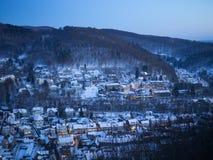 Ville dans la neige à la montagne image stock
