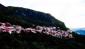 Ville dans le Mountain View Maisons grecques dans l'environnement vert naturel Beau paysage Ville typique de Corfou Grèce pittore photographie stock