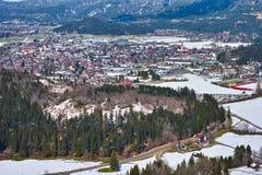 Ville dans le paysage neigeux de vallée photographie stock libre de droits