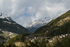 Ville dans une vallée de montagne Photographie stock libre de droits