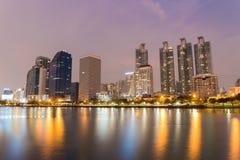 Ville de Bangkok du centre au temps crépusculaire avec la réflexion de l'horizon Photos stock