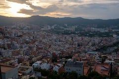 Ville de Barcelone allumée la nuit à Photographie stock libre de droits