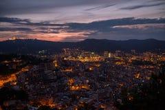 Ville de Barcelone allumée la nuit à Photo stock