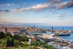 Ville de Barcelone de ci-dessus au coucher du soleil Photos stock