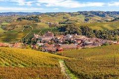 Ville de Barolo parmi des vignobles en Italie Images stock