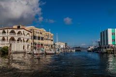 VILLE DE BELIZE, BELIZE - 2 MARS 2016 : Chambres et yachts à une côte à Belize CIT images stock