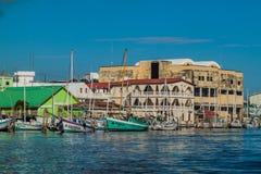 VILLE DE BELIZE, BELIZE - 2 MARS 2016 : Chambres et yachts à une côte à Belize CIT photos libres de droits