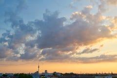 Ville de Berlin avec la tour et le coucher du soleil de TV Photo libre de droits