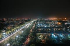 Ville de Bichkek à la pluie de nuit image stock