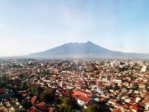 Ville de Bogor et montagne de salak Image libre de droits