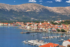 Ville de bord de mer de Baska, île de Krk image stock