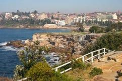 Ville de bord de la mer Paysage pittoresque et étonnant avec des roches et des barrières en bois blanches sur des falaises par la photo libre de droits