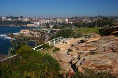 Ville de bord de la mer Paysage pittoresque et étonnant avec des roches et des barrières en bois blanches sur des falaises par la image libre de droits