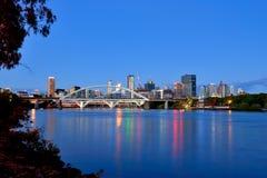 Ville de Brisbane au crépuscule Photographie stock libre de droits