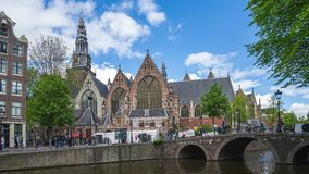 Ville de canal d'Amsterdam avec l'église grossière dans le laps de temps des Pays-Bas clips vidéos
