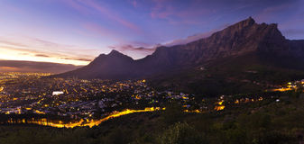 Ville de Cape Town et aube mountian de Tableau Photos stock