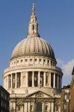 Ville de cathédrale de pauls de rue de Londres Angleterre Photos libres de droits