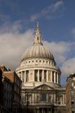 Ville de cathédrale de pauls de rue de Londres Angleterre Image stock