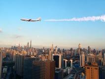 Ville de Changhaï avec l'avion Images libres de droits