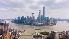 Ville de Changha? Secteur et fleuve Huangpu urbains de Lujiazui La Chine Silhouette d'homme se recroquevillant d'affaires clips vidéos