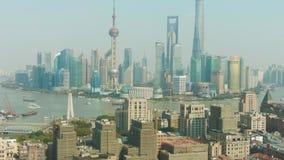 Ville de Changha? Secteur de Huangpu et de Lujiazui au temps clair La Chine Silhouette d'homme se recroquevillant d'affaires banque de vidéos