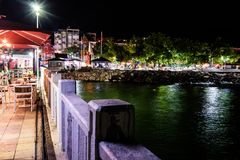 Ville de Cinarcik la nuit été - Turquie Images libres de droits