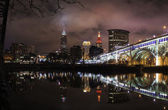 Ville de Cleveland la nuit sur la rivière de Cuyahoga image libre de droits