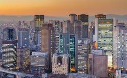 Ville de construction du centre d'Osaka d'affaires après coucher du soleil image libre de droits