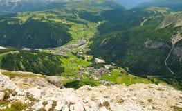 Ville de Corvara à partir d'un dessus de montagne Photographie stock libre de droits