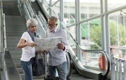 Ville de déplacement de touristes supérieurs de couples Photo libre de droits