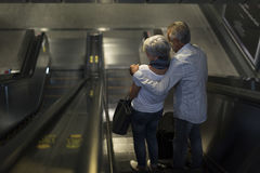 Ville de déplacement de touristes supérieurs de couples Image stock
