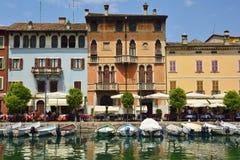 Ville de Desenzano del Policier sur le policier de lac, Italie Photos libres de droits