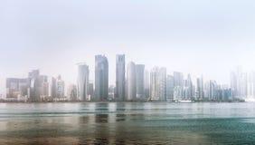 Ville de Doha, Qatar - 18 décembre 2017 : Al Dafna - bord de la mer distric Photos libres de droits