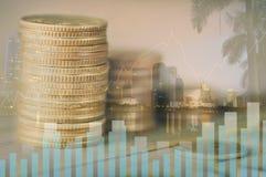 Ville de double exposition et empilé de l'argent de pièce de monnaie avec le concept de compte, de finances et d'opérations banca photo libre de droits