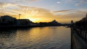 Ville de Dublin, horizon de l'Irlande au coucher du soleil avec la grue et bâtiments silhouettés photo stock