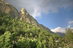 Ville de gangotri parmi la forêt de l'Himalaya et les falaises majestueuses Photographie stock libre de droits