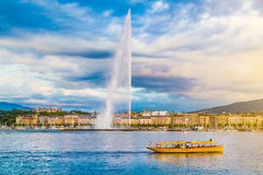 Ville de Genève avec la fontaine célèbre d'Eau de jet au coucher du soleil, Suisse Photos stock
