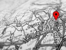 Ville de Gorizia au-dessus d'une carte de route ITALIE images stock