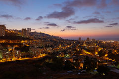 Ville de Haïfa, photo panoramique aérienne de paysage de vue de nuit Photographie stock