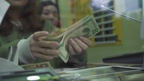 Ville de Hong Kong, Chine - juin 2019 : la caissière de femme raconte les billets de banque américains dans le change  Change ded banque de vidéos