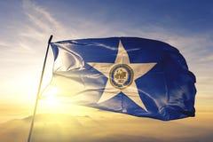 Ville de Houston du tissu de tissu de textile de drapeau des Etats-Unis ondulant sur le brouillard supérieur de brume de lever de photographie stock