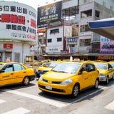 VILLE DE HUA LIAN, TAIWAN 6 MARS 2015 : Dessus de voitures de service de TAXI et W photos stock