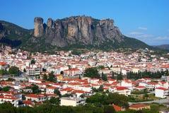Ville de Kalampaka avec des falaises de Metora, Grèce Images stock