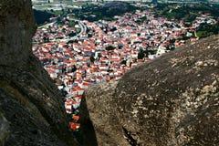 Ville de Kalampaka sous des roches, Meteora, Grèce image libre de droits